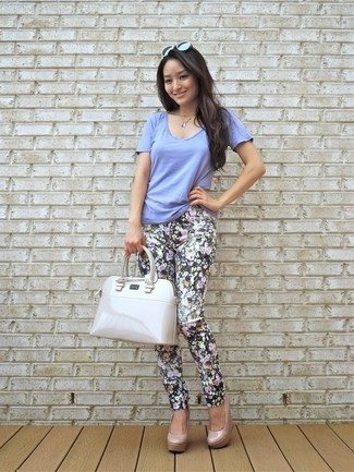For an outfit that provides comfort and chicness, consider pairing a v-neck t-shirt with black floral skinny pants. Got bored with this ensemble? Enter beige leather pumps to change things up a bit. When real summer weather settles in you want to feel comfy and beyond chic –– this ensemble is just the right one.