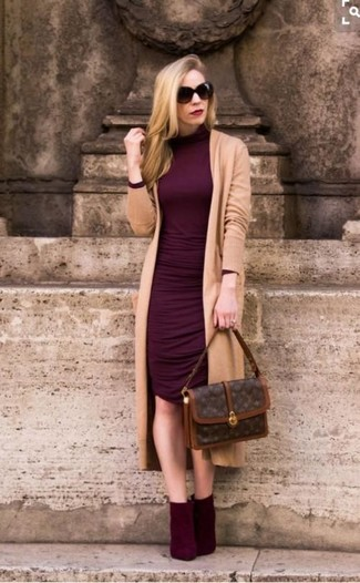 How to Wear Burgundy Suede Ankle Boots: A tan long cardigan looks so great when worn with a burgundy bodycon dress. If you wish to easily bump up your outfit with a pair of shoes, add a pair of burgundy suede ankle boots to this look.