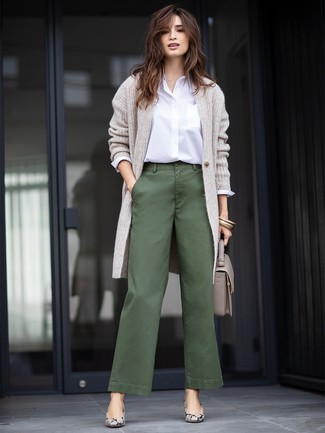 A grey long cardigan and dark green wide leg pants are great staples that will integrate perfectly within your current looks. Grey snake leather pumps will bring a classic aesthetic to the ensemble. Mastering transitional fashion is easy with outfit inspiration like this.