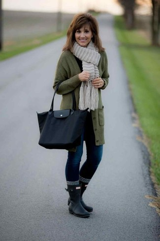 How to wear: olive long cardigan, black long sleeve t-shirt, navy skinny jeans, black rain boots
