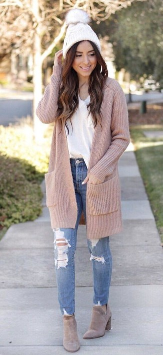 Team a v-neck t-shirt with blue ripped skinny jeans for a casual get-up. Consider beige suede chelsea boots as the glue that will bring your outfit together. This is a winning option for a knockout outfit that will take you from winter to spring.