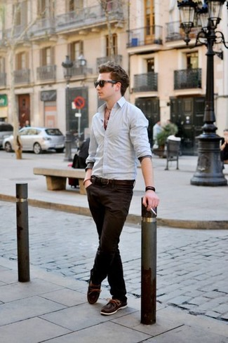 To create an outfit for lunch with friends at the weekend wear a grey button-down shirt and dark brown chinos. Consider dark brown leather boat shoes as the glue that will bring your outfit together. As this ensemble suggests, you can't think of a better pick for warm weather.