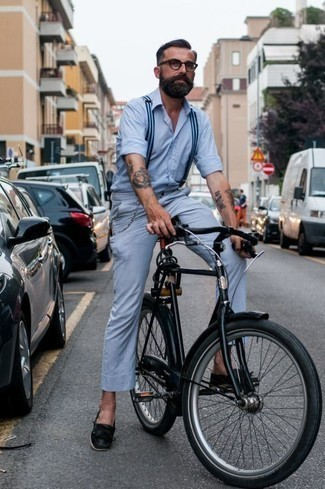 How to Wear Black Leather Boat Shoes: For a casual look with a twist, you can easily rock a light blue long sleeve shirt and light blue chinos. A pair of black leather boat shoes is the glue that will pull your ensemble together.