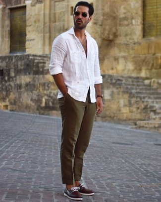 Dark Green Pants with White Shirt Hot Weather Outfits For Men: A white shirt and dark green pants teamed together are a sartorial dream for those who appreciate off-duty styles. You could perhaps get a bit experimental with footwear and add dark brown leather boat shoes to the equation.
