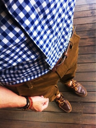 For an ensemble that's super easy but can be styled in a variety of different ways, dress in a white and blue gingham long sleeve shirt and tobacco chinos. On the shoe front, this outfit is completed well with brown leather boat shoes.