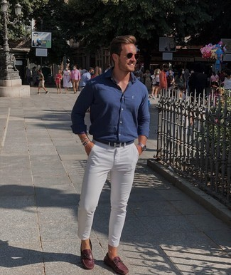 Driving Shoes Outfits For Men: If you would like take your casual look up a notch, make a navy long sleeve shirt and white chinos your outfit choice. When in doubt as to what to wear when it comes to shoes, complement your outfit with a pair of driving shoes.