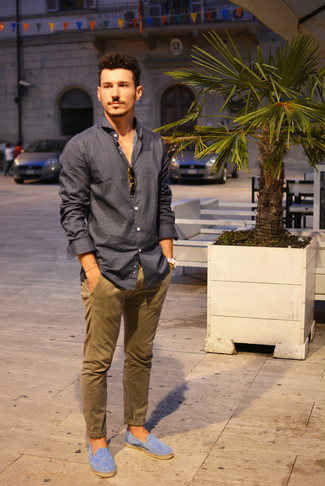 A dark grey button-down shirt and brown chinos is a wonderful combination to carry you throughout the day. Finish off this look with espadrilles.