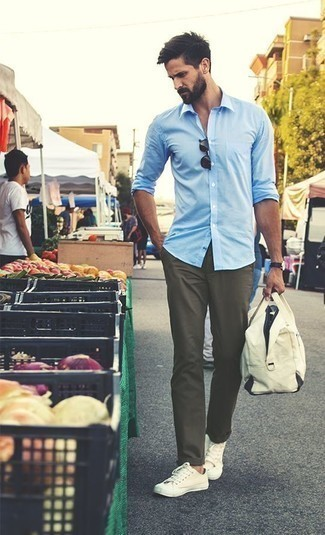 How to Wear Beige Canvas Low Top Sneakers For Men: Parade your chops in men's fashion by marrying a light blue long sleeve shirt and olive chinos for a laid-back look. Feeling bold? Shake things up by sporting beige canvas low top sneakers.