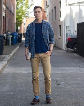 Blue Socks Outfits For Men: We all want comfort when it comes to fashion, and this casual street style pairing of a navy plaid long sleeve shirt and blue socks is a practical illustration of that. Put a classier spin on an otherwise mostly casual getup by rocking a pair of dark brown leather boat shoes.