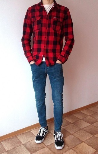 How to Wear Blue Skinny Jeans For Men: Rock a red gingham flannel long sleeve shirt with blue skinny jeans if you seek to look cool and casual without too much effort. Dress up this getup with the help of a pair of black and white canvas low top sneakers.