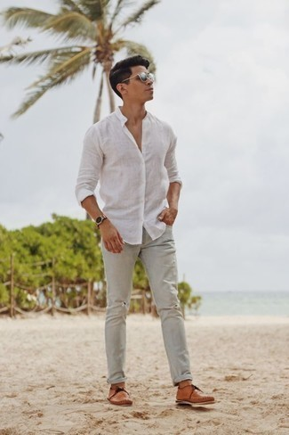 How to Wear a Gold Watch For Men: Rock a white linen long sleeve shirt with a gold watch for head-to-toe comfort dressing. And if you need to instantly step up your look with a pair of shoes, why not introduce tan leather boat shoes to your ensemble?