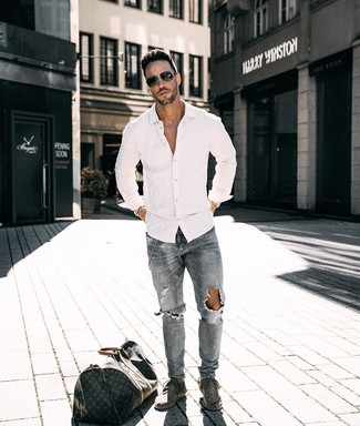 How to wear: white long sleeve shirt, grey ripped jeans, grey suede desert boots, dark brown print leather holdall