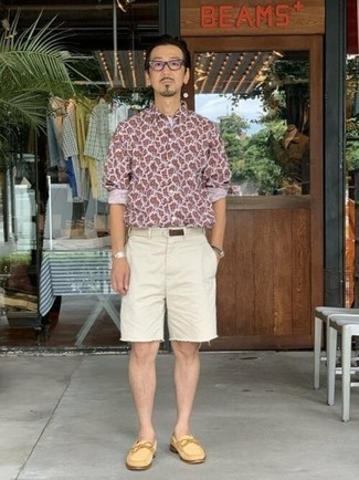 White Canvas Belt Outfits For Men: A white print long sleeve shirt and a white canvas belt are an easy way to inject some cool into your day-to-day off-duty wardrobe. Up this ensemble by wearing a pair of yellow suede loafers.