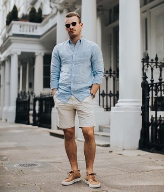 Tan Leather Low Top Sneakers Outfits For Men: A light blue long sleeve shirt and beige shorts paired together are the perfect look for those who love off-duty styles. Let your expert styling truly shine by completing your look with tan leather low top sneakers.