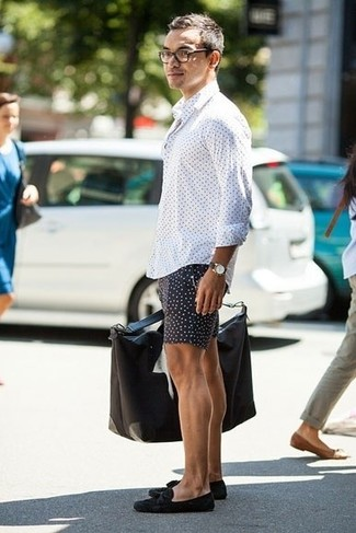 Who said you can't make a style statement with a casual ensemble? You can do so with ease in a white polka dot long sleeve shirt and black polka dot shorts. Add black suede tassel loafers to your ensemble for an instant style upgrade. Needless to say, it's easier to work through a warm weather afternoon in a breezy ensemble like this one.