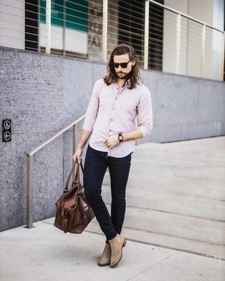Tan Suede Chelsea Boots with Black Jeans Outfits For Men: A pink long sleeve shirt and black jeans? This is easily a wearable ensemble that you could wear a variation of on a day-to-day basis. Channel your inner Ryan Gosling and add tan suede chelsea boots to this look.