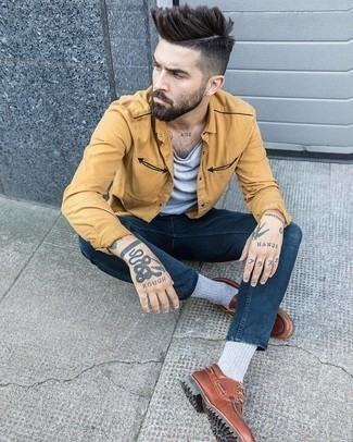 Boat Shoes Outfits: Marrying a tan long sleeve shirt with navy skinny jeans is a nice idea for an off-duty outfit. For a truly modern mix, add boat shoes to your ensemble.