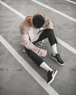 Black Beanie Outfits For Men: Putting together a beige long sleeve t-shirt with a black beanie is an amazing choice for a casual yet stylish ensemble. Avoid looking too casual by finishing with black and white suede low top sneakers.