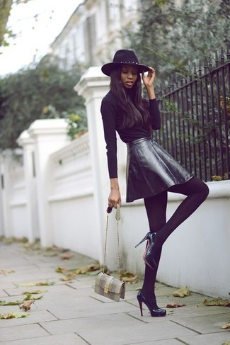 This pairing of a black long sleeve t-shirt and a black leather skater skirt will set you apart effortlessly. Dress up this look with black leather pumps.