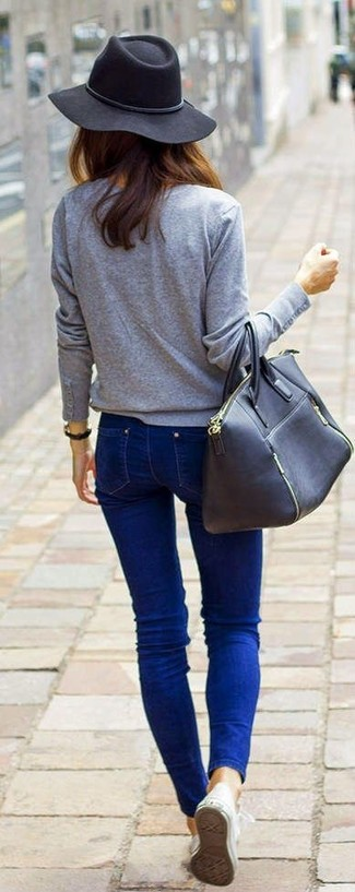 Effortlessly blurring the line between chic and casual, this combination of a grey long sleeve t-shirt and blue skinny jeans is likely to become one of your favorites. A pair of white low top sneakers brings the dressed-down touch to the outfit. With rising temperatures comes warmer, sunnier weather and the need for a fresh ensemble just like this one.