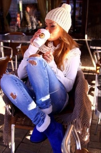 This chic look is so simple: a white long sleeve t-shirt and light blue ripped skinny jeans. Blue uggs are a simple way to upgrade this ensemble.