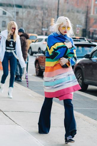 Tenue: Manteau à rayures horizontales multicolore, Jean flare bleu marine, Bottines en cuir noires