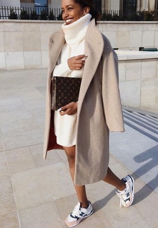 Tenue: Manteau beige, Robe-pull en tricot blanche, Chaussures de sport blanches, Pochette en cuir imprimée marron foncé
