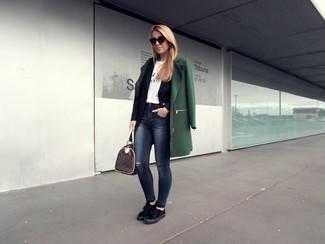 Pour créer une tenue idéale pour un déjeuner entre amis le week-end, pense à porter un manteau vert foncé et un jean skinny déchiré bleu marine. Une paire de des baskets basses en daim noires femmes New Balance apportera un joli contraste avec le reste du look.