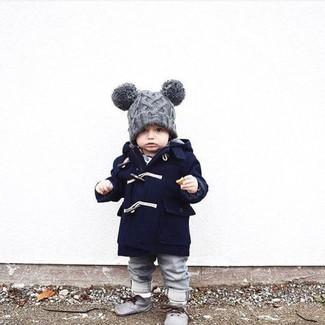 Tenue: Manteau bleu marine, Jean gris, Bottines chukka grises, Bonnet gris