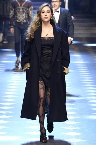 Marie un manteau bleu marine avec des collants en dentelle noirs pour achever un look habillé mais pas trop. Cet ensemble est parfait avec une paire de des sandales à talons en daim noires.
