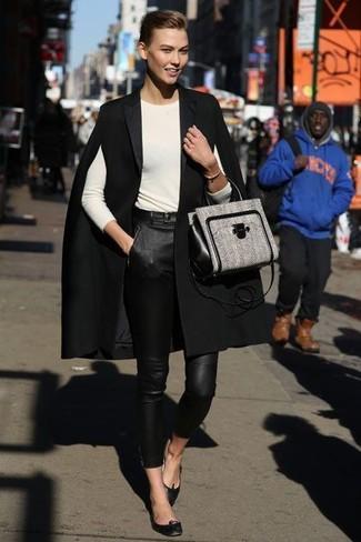 Comment porter: manteau cape noir, t-shirt à manche longue beige, pantalon slim en cuir noir, ballerines en cuir noires