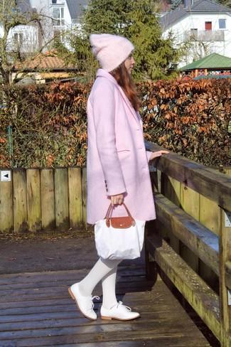 Perfectionne le look chic et décontracté avec un manteau rose et des collants blancs Betsey Johnson. Cette tenue se complète parfaitement avec une paire de des chaussures richelieu en cuir blanches.