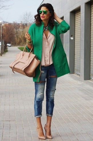 Essaie d'harmoniser un manteau vert avec un jean skinny déchiré bleu pour achever un style chic et glamour. Assortis ce look avec une paire de des escarpins en cuir bruns clairs.