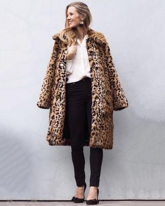 L'association d'un manteau de fourrure imprimé léopard brun clair et de boucles d'oreilles noires peut te démarquer de la foule. Assortis ce look avec une paire de des escarpins en daim noirs.