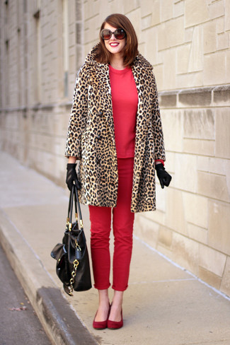 Un manteau de fourrure imprimé léopard brun clair et des gants en cuir noirs sont appropriés à la fois pour les événements chic et décontractés et une tenue de tous les jours. Décoince cette tenue avec une paire de des ballerines en daim rouges.