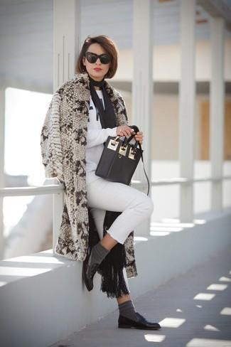 Marie un manteau de fourrure beige avec une écharpe noire Helmut Lang pour voler la vedette. Décoince cette tenue avec une paire de des slippers en cuir noirs.