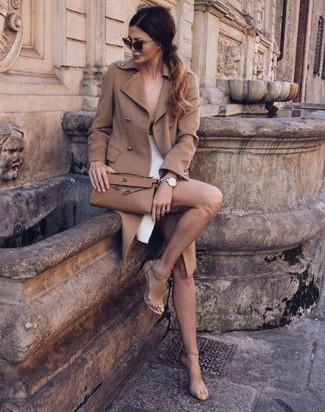 Choisis un manteau brun clair et une jupe crayon fendue blanche pour aller  au bureau. d7bf6b723056