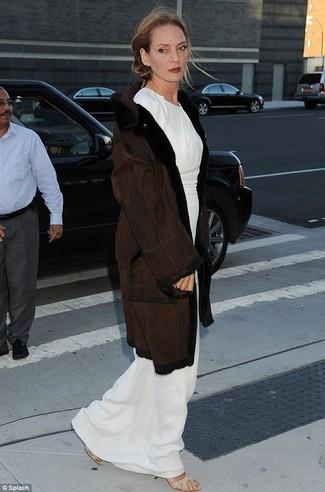 Manteau en peau de mouton retournee marron fonce robe longue blanche sandales a talons elastiques beiges large 22786