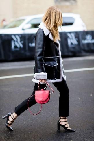 Tenue: Manteau en peau de mouton retournée noir et blanc, Jean noir, Escarpins en cuir découpés noirs, Sac bandoulière en cuir rouge