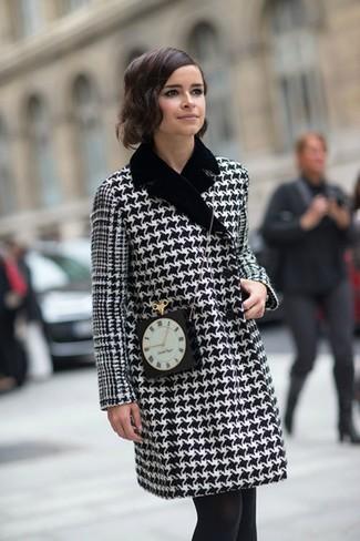 Manteau en pied de poule noir et blanc sac bandouliere orne noir collants noirs large 1385