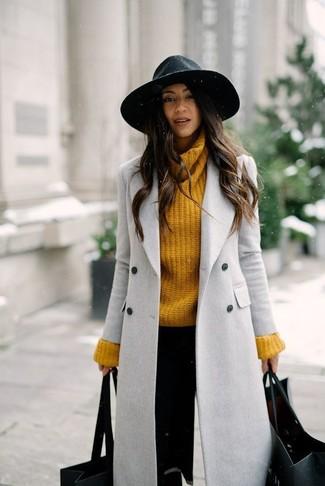 Harmonise un manteau gris avec un pantalon slim noir pour se sentir en toute confiance et être à la mode.