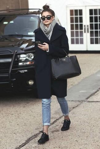 Un manteau noir et un jean bleu clair sont un choix de tenue idéale à avoir dans ton arsenal. Une paire de des baskets basses en daim noires New Balance apportera un joli contraste avec le reste du look.