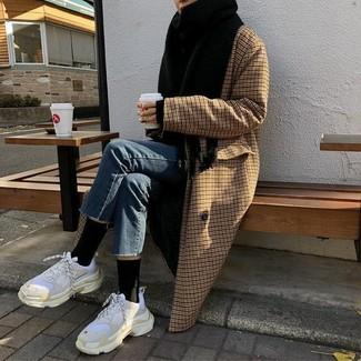 Un manteau à carreaux brun et une écharpe noire sont un choix de tenue idéale à avoir dans ton arsenal. Si tu veux éviter un look trop formel, assortis cette tenue avec une paire de des chaussures de sport blanches.