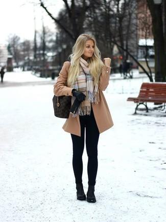 Un manteau brun clair et des gants en cuir noirs Carolina Amato sont l'association de ce que chaque fille stylée devrait avoir dans sa garde-robe. Cette tenue se complète parfaitement avec une paire de des bottines en cuir noires.