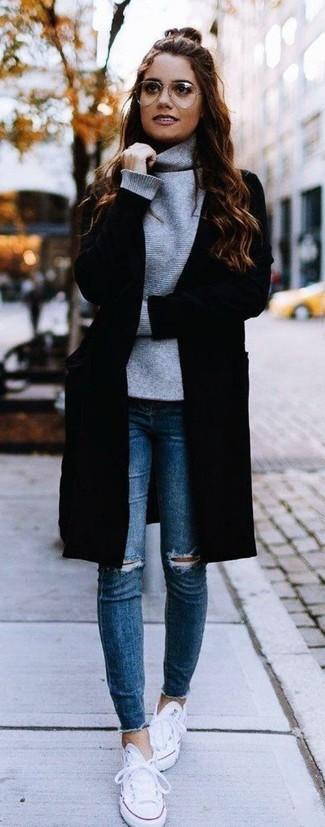 Comment porter: manteau noir, pull à col roulé gris, jean skinny déchiré bleu, baskets basses en toile blanches