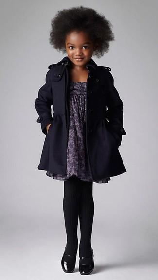 Tenue: Manteau noir, Robe imprimée grise, Ballerines noires, Collants noirs