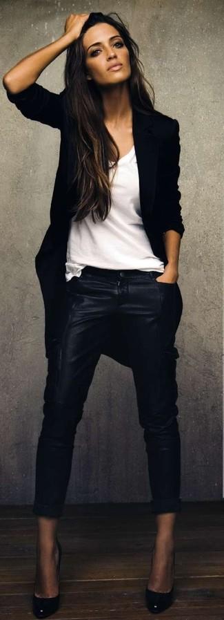 Associe un manteau noir avec un pantalon slim en cuir noir pour un look idéal au travail. Cette tenue se complète parfaitement avec une paire de des escarpins en cuir noirs.