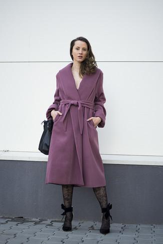 Associe un manteau pourpre avec des collants en dentelle noirs Emilio Cavallini pour un look élégant et soigné. Une paire de des escarpins en daim noirs s'intégrera de manière fluide à une grande variété de tenues.