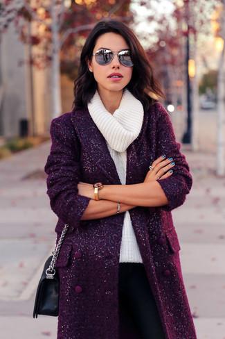 Essaie d'harmoniser un manteau pourpre foncé avec un pantalon slim noir femmes Alice + Olivia si tu recherches un look stylé et soigné.