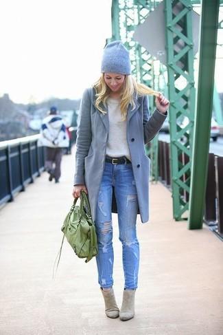 Les journées chargées nécessitent une tenue simple mais stylée, comme un manteau gris et un jean skinny déchiré bleu. Cette tenue se complète parfaitement avec une paire de des bottines en daim grises.